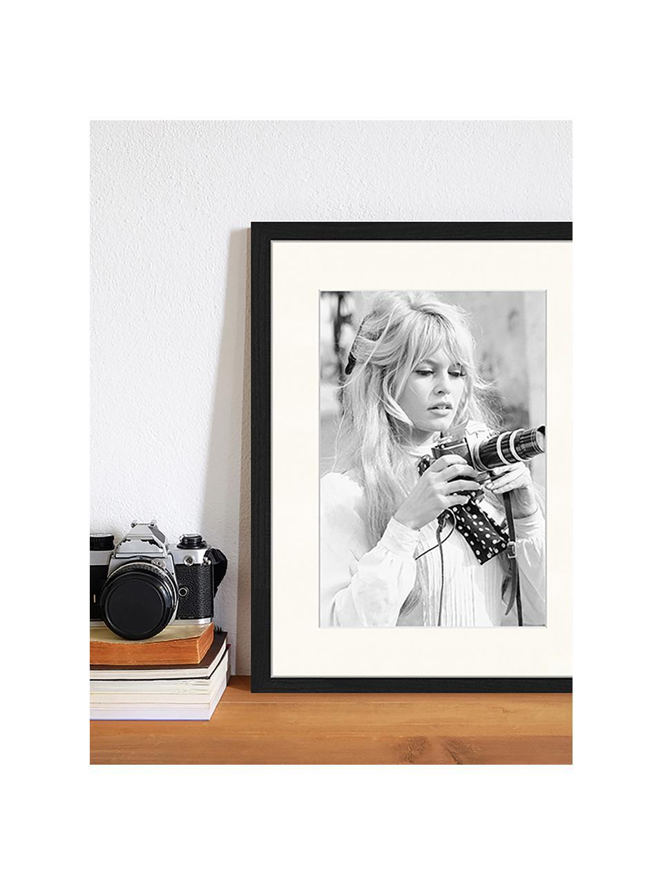 Ingelijste digitale print Brigitte With Her Camera, Afbeelding: digitale print op papier,, Lijst: gelakt hout, Zwart, wit, 33 x 43 cm