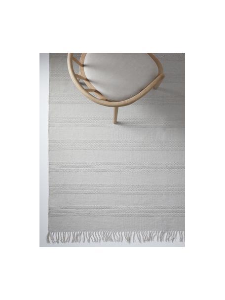 Tappeto in cotone a righe tono su tono con frange Tanya, 100% cotone, Grigio chiaro, Larg. 70 x Lung. 150 cm (taglia XS)