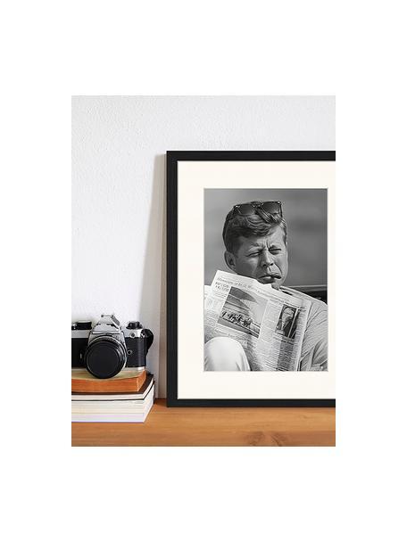 Impresión digital enmarcada The Newspaper, Negro, blanco, An 33 x Al 43 cm