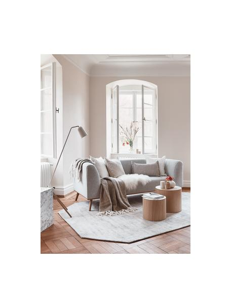 Sofa Archie (2plazas), Tapizado: 100%lana 30.000ciclos , Estructura: madera de pino, Patas: madera de roble aceitada, Tejido gris claro, An 162 x Al 80 cm