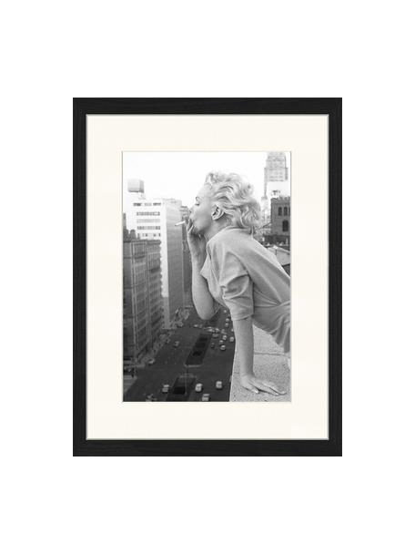 Ingelijste digitale print Marilyn At The Ambassador Hotel New York, Afbeelding: digitale print op papier,, Lijst: gelakt hout, Zwart, wit, 33 x 43 cm