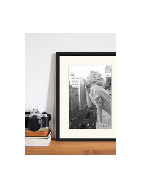 Impresión digital enmarcada Marilyn At The Ambassador Hotel New York, Negro, blanco, An 33 x Al 43 cm