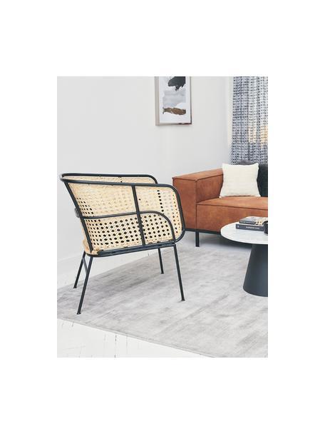 Loungestoel Merete met Weens vlechtwerk, Zitvlak: rotan, Frame: gepoedercoat metaal, Zitvlak: rotankleurig. Frame: mat zwart. Kussenhoezen: zwart, B 72 x D 74 cm