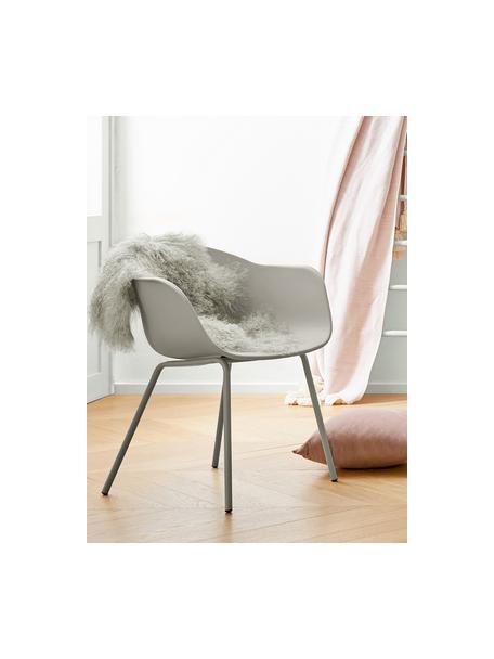 Silla con reposabrazos de plástico Claire, Asiento: plástico, Patas: metal con pintura en polv, Gris beige, An 60 x F 54 cm