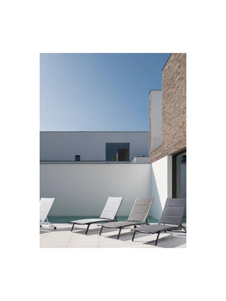 Tumbona de jardín Cleo, Estructura: aluminio con pintura en p, Tapizado: tela, Ruedas: plástico, Gris pardo, negro, An 192 x F 61 cm