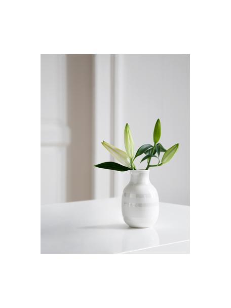 Kleine handgefertigte Design-Vase Omaggio, Keramik, Weiss, Perlmuttfarben, Ø 8 x H 13 cm