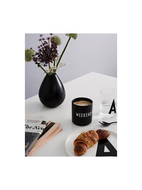 Design beker Favourite WEEKEND met opschrift in zwart, Beenderporselein (porselein) Fine Bone China is een zacht porselein, dat zich vooral onderscheidt door zijn briljante, doorschijnende glans., Zwart, wit, Ø 8 x H 9 cm
