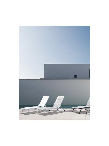 Tumbona para exterior Cleo, Estructura: aluminio con pintura en p, Tapizado: tela, Ruedas: plástico, Blanco, negro, An 192 x F 61 cm