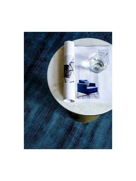 Handgeweven viscose vloerkleed Jane in donkerblauw, Bovenzijde: 100% viscose, Onderzijde: 100% katoen, Donkerblauw, B 90 x L 150 cm (maat XS)