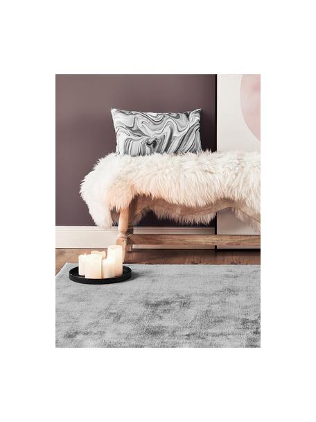 Tappeto in viscosa color grigio tessuto a mano Jane, Retro: 100% cotone, Grigio, Larg. 90 x Lung. 150 cm (taglia XS)
