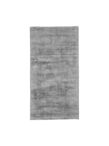 Handgeweven viscose vloerkleed Jane in grijs, Bovenzijde: 100% viscose, Onderzijde: 100% katoen, Grijs, B 80 x L 150 cm (maat XS)
