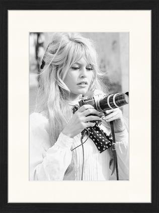 Gerahmter Digitaldruck Brigitte With Her Camera